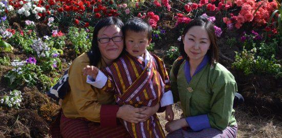 プロジェクトを進める上での相棒、RSPNのツェリン・チョキさん(左)と彼女の息子さん(中央)と筆者(右)