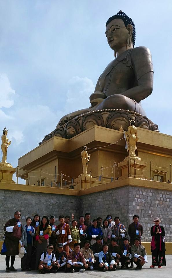 お釈迦さまの大仏の前で、ボランティアスタッフ一同記念撮影。