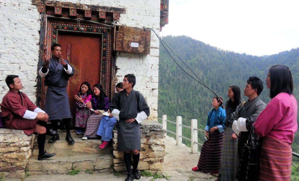 地域におけるお寺の重要性について熱心に説明する研修生
