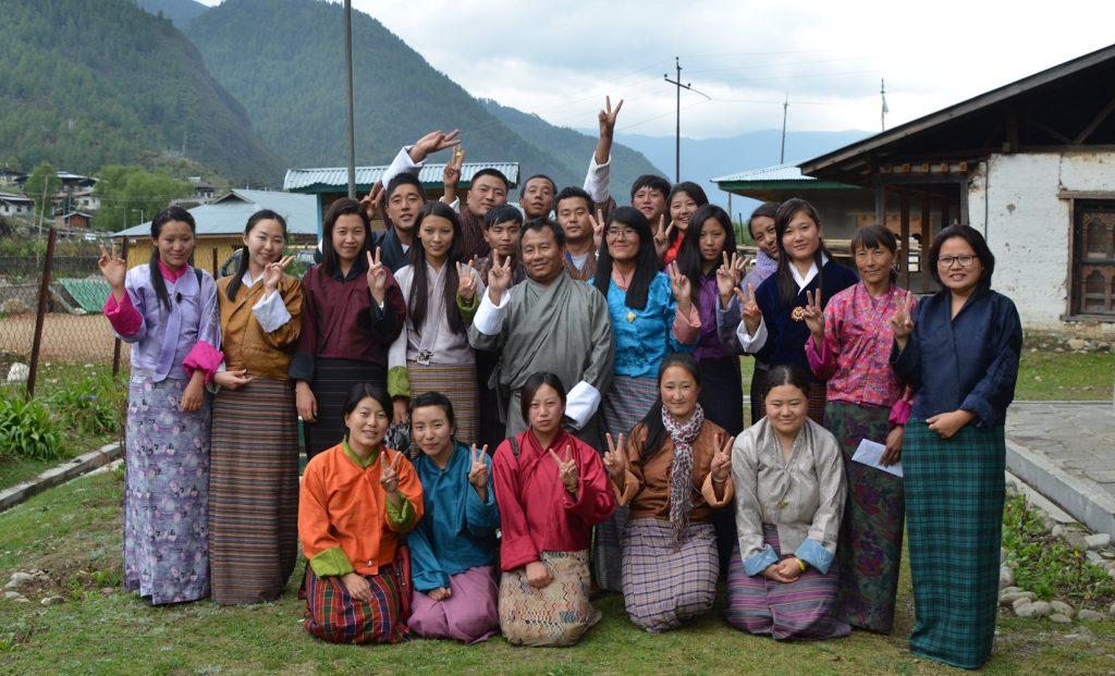 カツォ郡役場のホールで行われた座学の研修。日本式ピース!での集合写真に盛り上がるガイド研修生たち。
