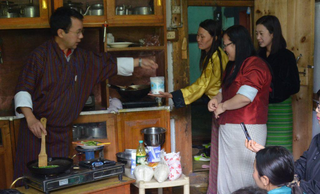 触感と鮮やかな緑色を活かした、シンプルなアスパラガスの調理方法を伝授するソナム氏