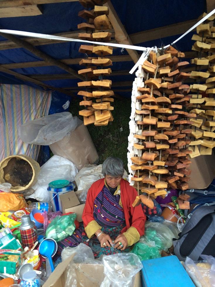 乾燥チーズ「ハビュルト」を売るおばあさん