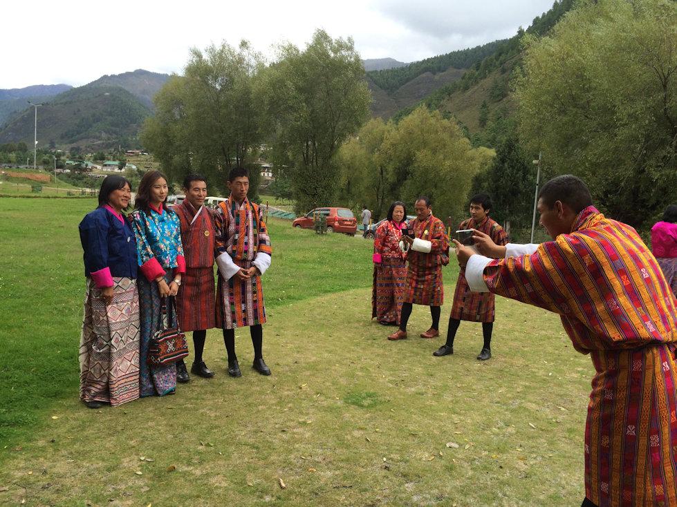 ブータンの人たちも、スマホで撮影が大好き!