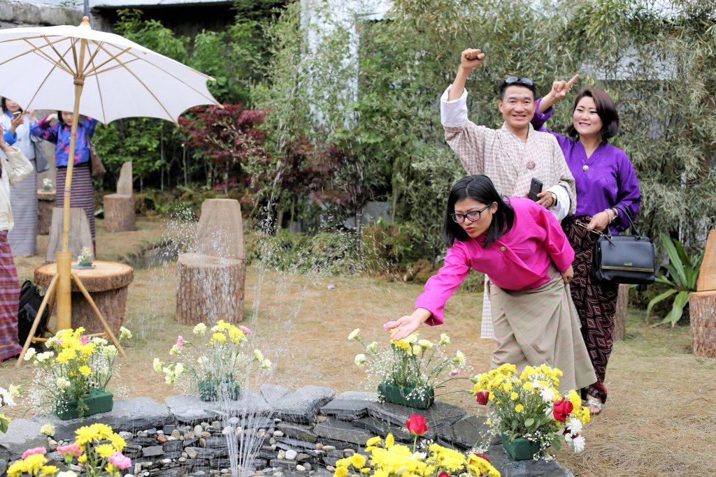 ブータンではまだ珍しい「噴水」に、無邪気にはしゃぐRSPNの同僚たち